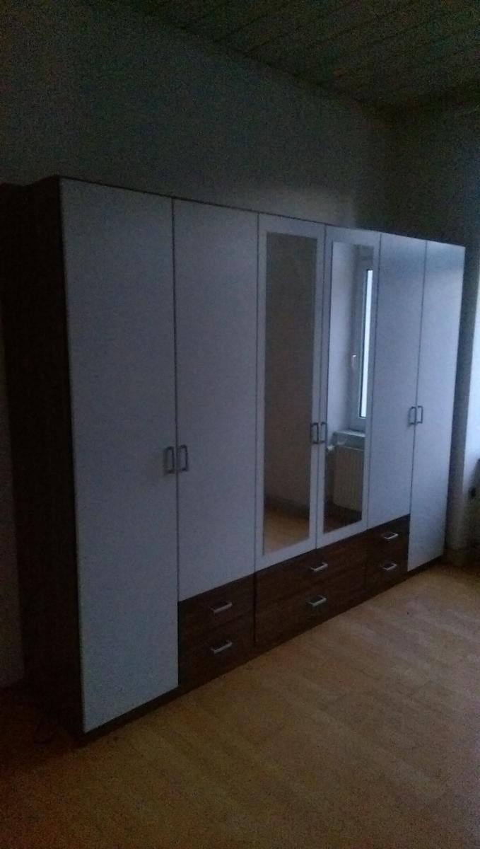 gro er kleiderschrank mit 6 t ren zu verschenken in frankfurt am main free your stuff. Black Bedroom Furniture Sets. Home Design Ideas