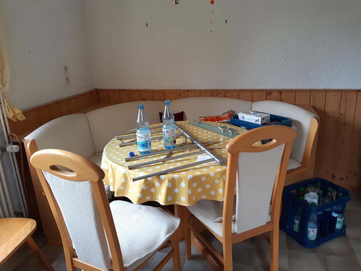 Eckbank mit 2 Stühlen und Tisch zu verschenken zu