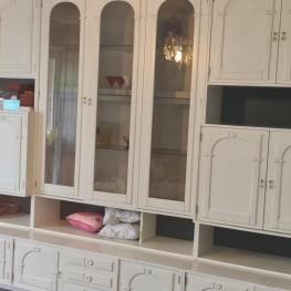 Sehr schöner weisser Wohnzimmer Schrank zu verschenken