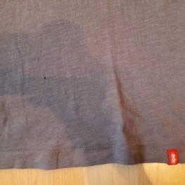 Graues T-shirt mit V-Ausschnitt 1