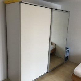Weißer Schwebetürenschrank mit großem Spiegel 1