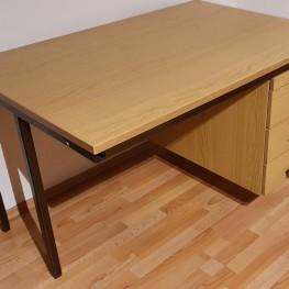 Solider Schreibtisch