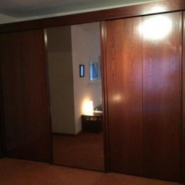 Schwebetürenkleiderschrank mit großem Spiegel, mahagonifarben