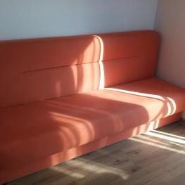Oranges Sofa, ausklappbar 1