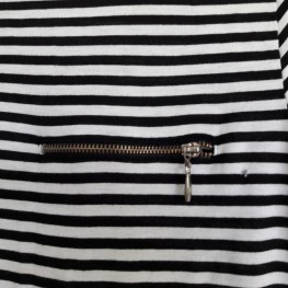 schwarz- weiß gestreiftes T-shirt mit Reißverschluss 1