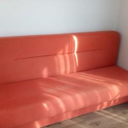 Oranges Sofa, ausklappbar