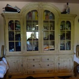 Klassischer Vollholz-Schrank Wohnzimmer