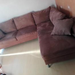 Braune Couch mit kissen 1