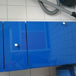 Blau-weißes Schränkchen