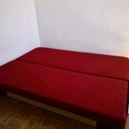 Rote Schlafcouch mit Zustellwürfel 1