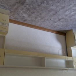 Bettüberbau und Nachtschränkchen