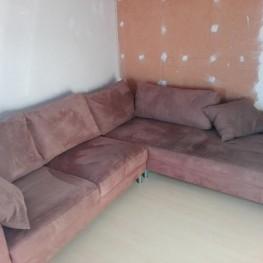 Braune Couch mit kissen