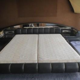 Bett Doppelbett ZU VERSCHENKEN schwarz Leder Spiegel Retro 70er